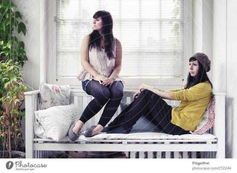 200 | Aussichten Frau Mensch Jugendliche Pflanze Erholung feminin Erwachsene hell sitzen Autofenster Romantik Bank beobachten Idylle zart Balkon