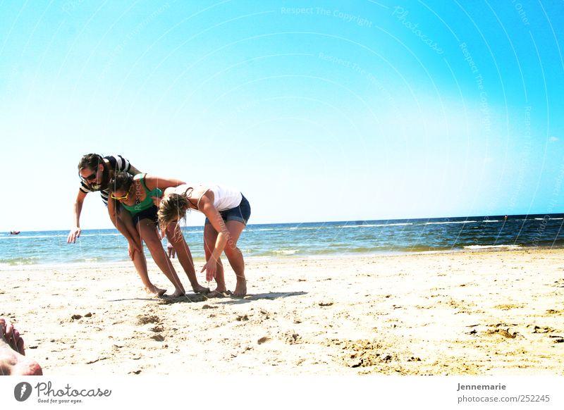 Schräglage Mensch Frau Jugendliche Ferien & Urlaub & Reisen Sonne Sommer Meer Strand Freude Erwachsene Spielen Bewegung Menschengruppe Freundschaft Horizont blond
