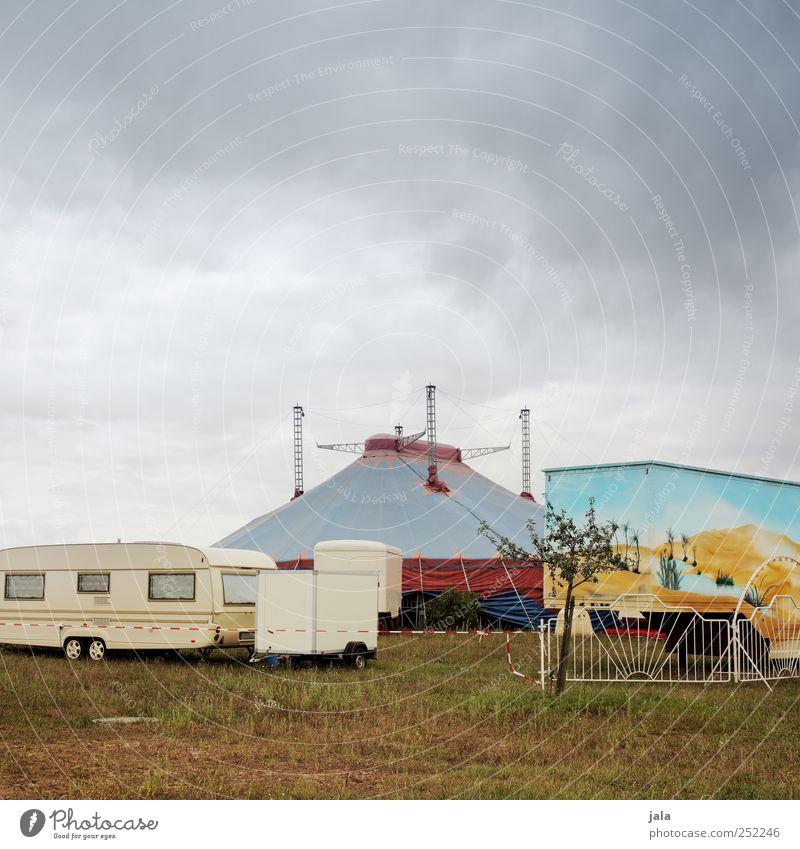 circus Himmel Wolken Pflanze Baum Gras Bauwerk Lastwagen Wohnwagen Anhänger trist Zelt Zirkus Zirkuszelt Zirkuswagen Farbfoto Außenaufnahme Menschenleer