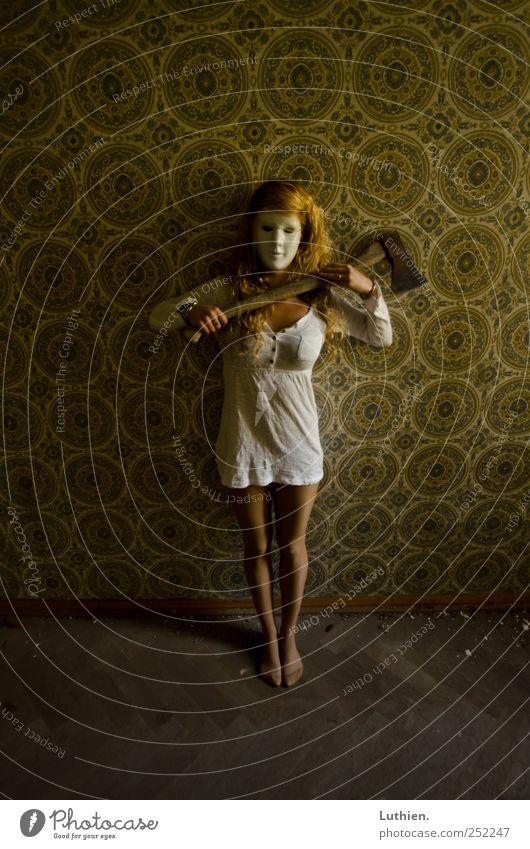 sie wartet auf dich... Mensch Jugendliche grün weiß gelb feminin dunkel Haare & Frisuren blond gold Angst dreckig warten verrückt außergewöhnlich festhalten