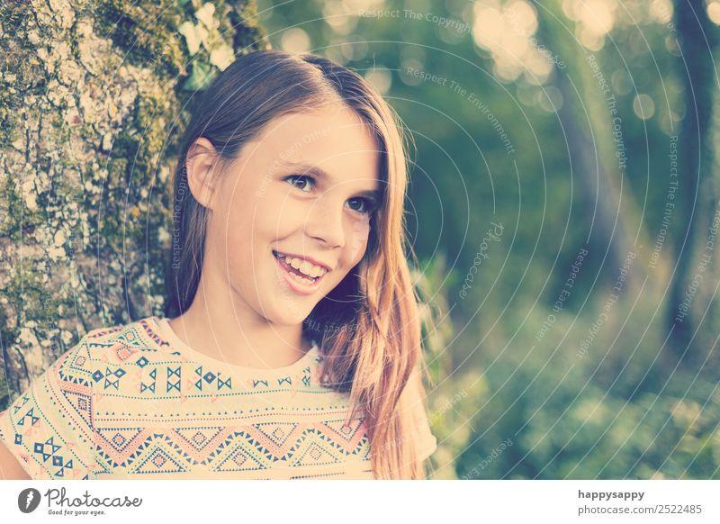 Lachendes Mädchen Mensch feminin Schwester Jugendliche 1 8-13 Jahre Kind Kindheit Natur brünett langhaarig Scheitel Lächeln lachen Freundlichkeit Fröhlichkeit