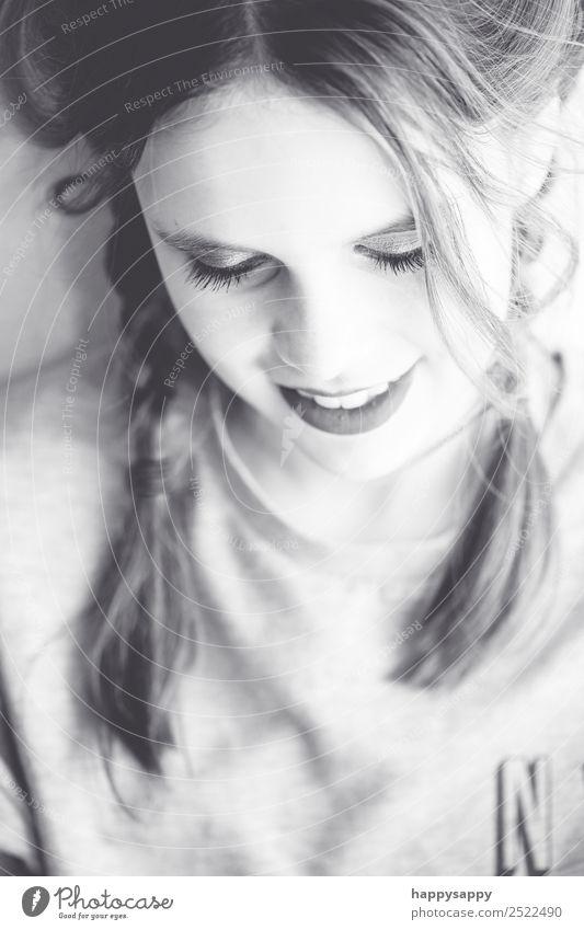 Mädchen am lächeln Mensch feminin Schwester Jugendliche 1 8-13 Jahre Kind Kindheit Haare & Frisuren brünett langhaarig Zopf Denken hören Lächeln Freundlichkeit