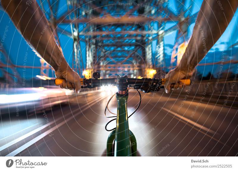 Radfahrer-Egoperspektive Mensch Mann blau Stadt grün Hand Freude Straße Erwachsene Lifestyle Bewegung Metall Verkehr Fahrrad Arme Fahrradfahren