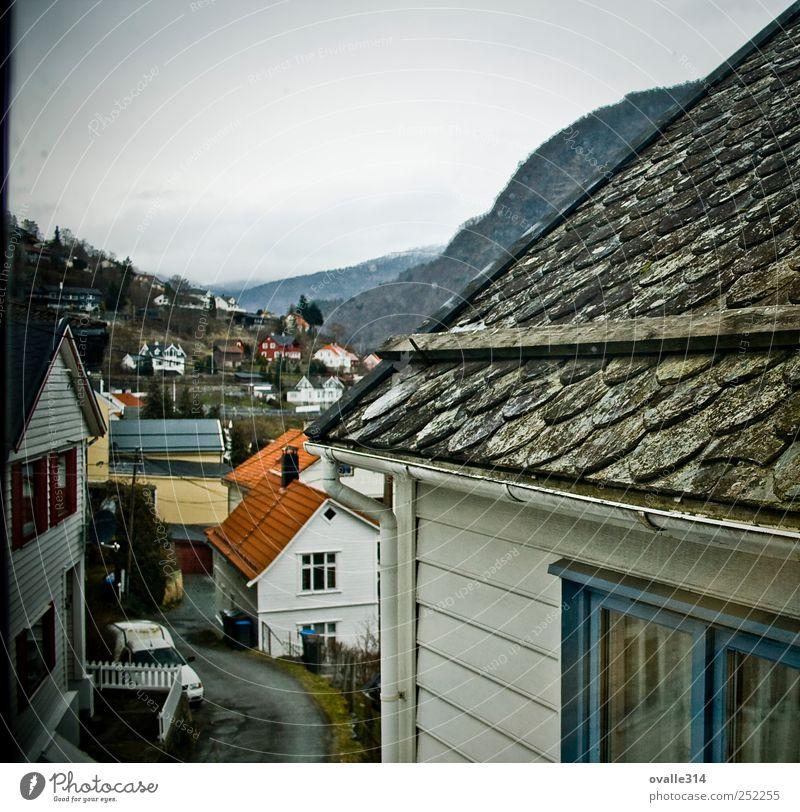 Sogn og Fjordane Europa Dorf Kleinstadt Stadtrand Skyline bevölkert Haus Einfamilienhaus Bauwerk Gebäude Architektur Mauer Wand Fassade Balkon Fenster Dach alt