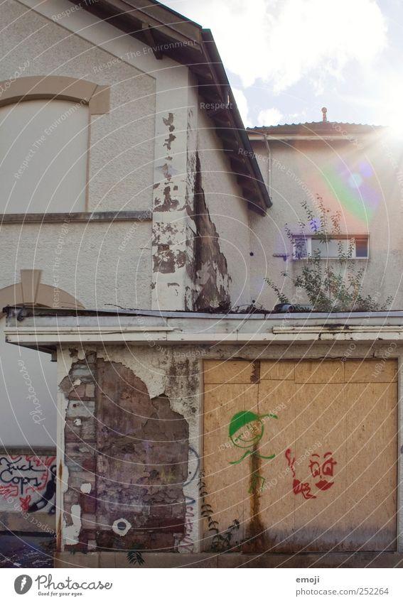 Spielplatz alt Haus Wand Mauer Fassade Garage Industrieanlage