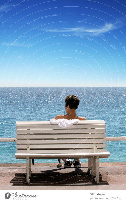 MeerHören Himmel Jugendliche blau Sommer Meer ruhig Ferne Erholung Freiheit Glück Küste hell Zufriedenheit Horizont maskulin