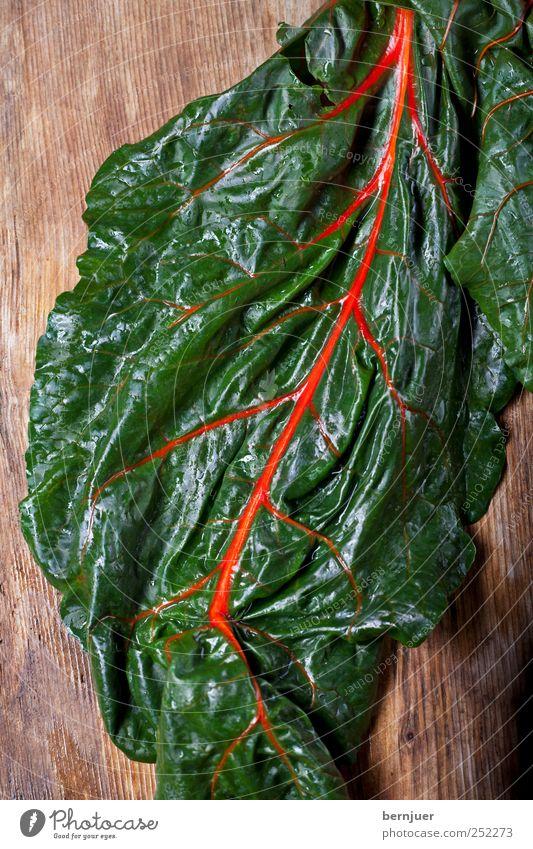 rivières pourpres grün Pflanze rot Blatt Holz Lebensmittel nass ästhetisch einzigartig Gemüse Holzbrett Blattadern Rüben Mangold