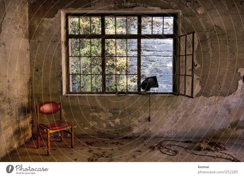 [CHAMANSÜLZ 2011] Eckstuhl alt rot Einsamkeit Haus Wand Fenster Mauer Gebäude Lampe offen Innenarchitektur leer kaputt trist Kabel Stuhl