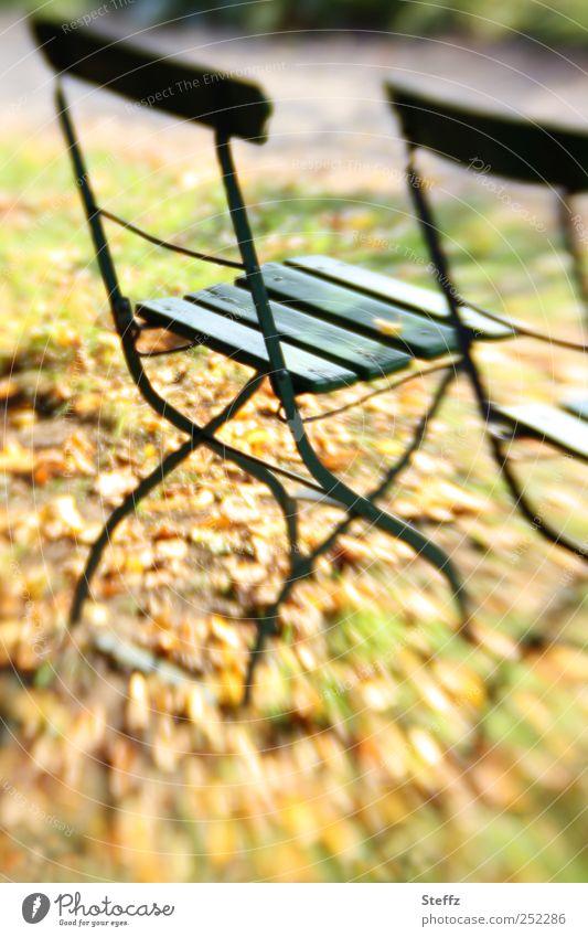 leere Stühle im Herbstgarten leerer Stuhl Oktober November Saison Indian Summer Lifestyle anders saisonbedingt Saisonende ruhig Herbststimmung Pause Ruhe