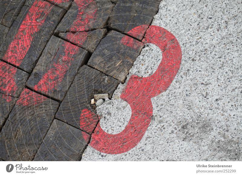 03 Industrieanlage Fabrik Mauer Wand Bodenbelag Beton Holz Zeichen Ziffern & Zahlen rot Vergangenheit Vergänglichkeit Farbstoff Lack Aufgesprüht Ordnung