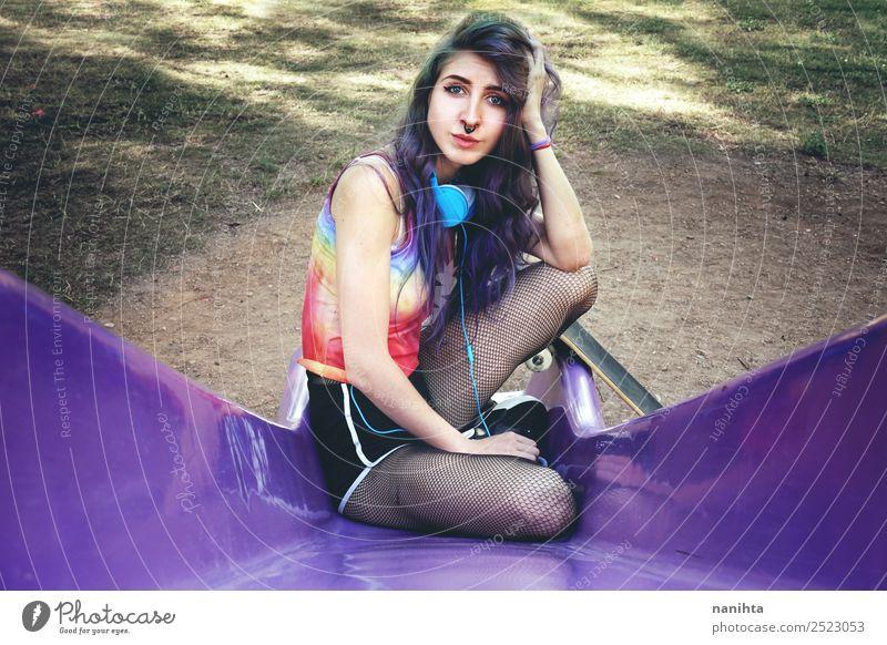 Junge Skaterin in einem Park Lifestyle Stil Design Freizeit & Hobby Sport Skateboarding Mensch feminin Junge Frau Jugendliche Erwachsene 1 18-30 Jahre Kultur