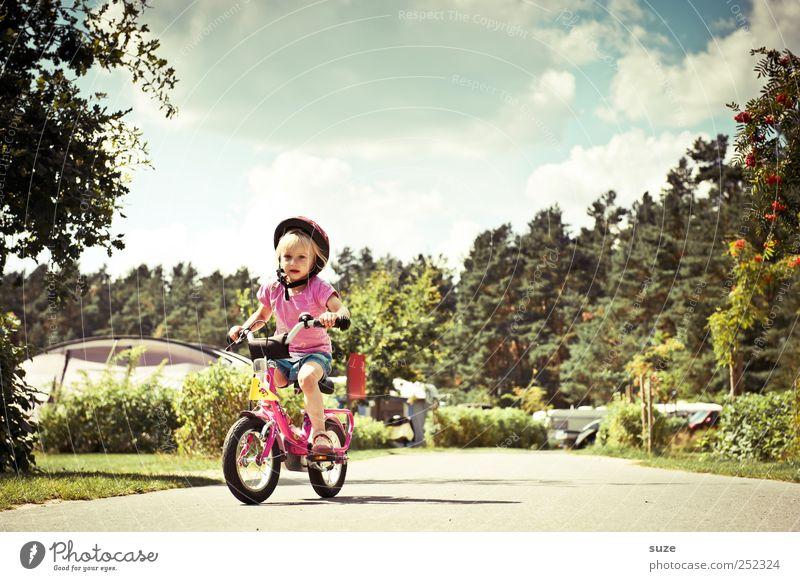 Ab die Post Sommer Fahrradfahren Mensch Kind Kleinkind Mädchen Kindheit 1 3-8 Jahre Umwelt Natur Himmel Schönes Wetter Verkehrswege Wege & Pfade Helm blond