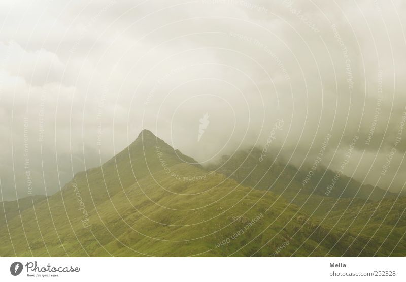 Am Fjord Umwelt Natur Landschaft Himmel Wolken Klima schlechtes Wetter Nebel Hügel Berge u. Gebirge Gipfel bedrohlich natürlich grau grün Stimmung Schottland