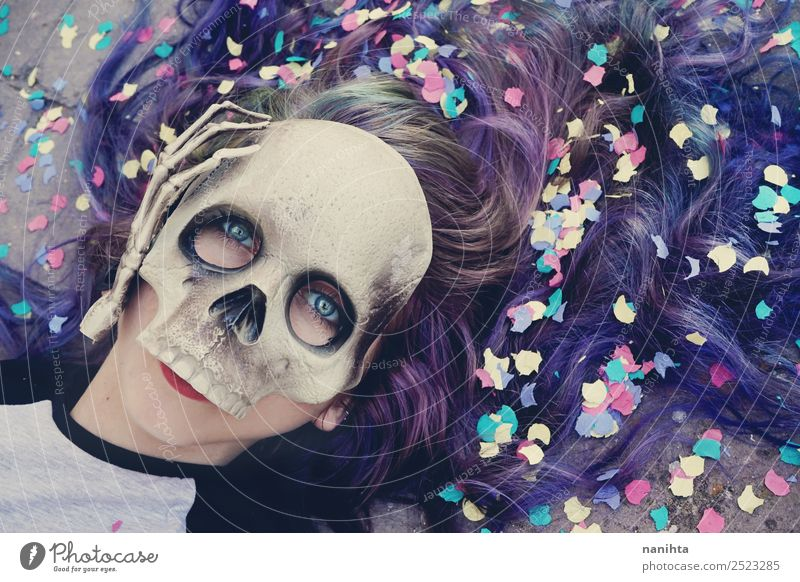 Junge Frau mit Totenkopfmaske Stil Design exotisch Haare & Frisuren Party Feste & Feiern Karneval Halloween Mensch feminin Jugendliche Erwachsene 1 18-30 Jahre