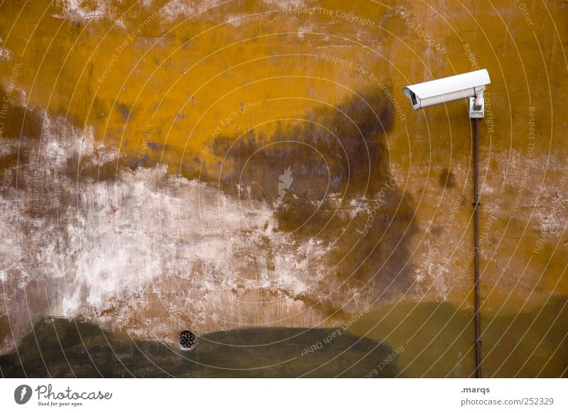 Zuschauer Mensch alt Wand Mauer Angst Fassade Sicherheit Telekommunikation beobachten Neugier Wachsamkeit Kontrolle Videokamera Stadtzentrum Politik & Staat