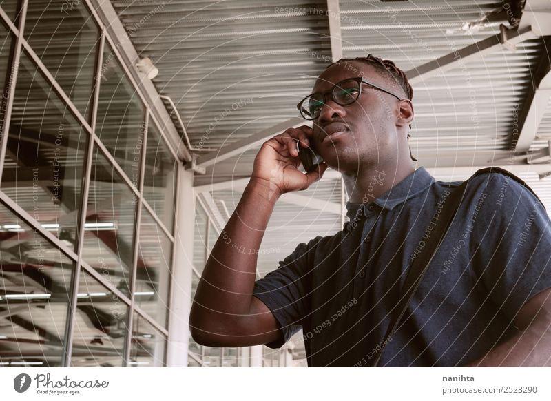 Mensch Ferien & Urlaub & Reisen Jugendliche Mann Stadt Junger Mann 18-30 Jahre schwarz Erwachsene Leben sprechen Zeit Arbeit & Erwerbstätigkeit maskulin modern