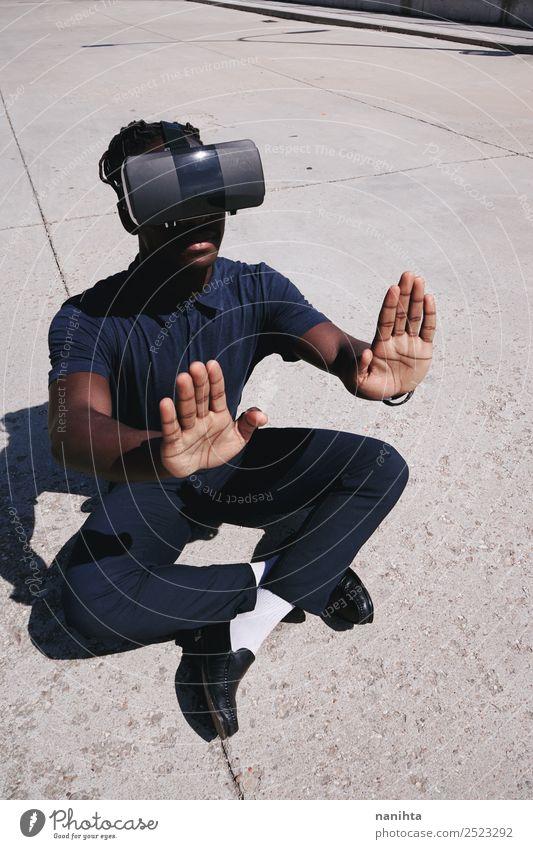 Junger Gamer-Mann mit einem Headset der Virtual Reality Lifestyle Freizeit & Hobby Spielen Computerspiel Sonne Spielkonsole Hardware Technik & Technologie