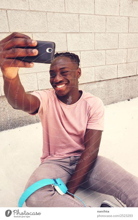 Junger glücklicher Mann nimmt einen Selfie. Lifestyle Stil Design Freude Freizeit & Hobby Handy Headset Fotokamera PDA Technik & Technologie