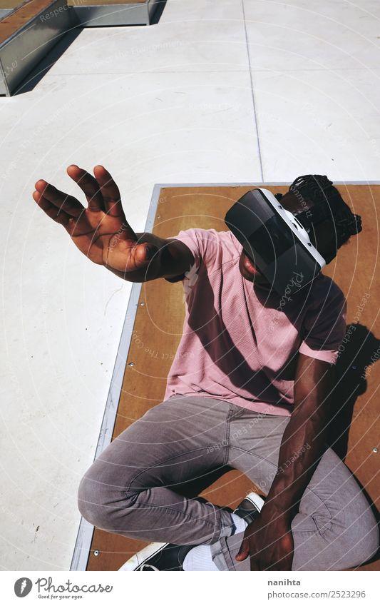 Junger Mann im Freien mit VR-Brille Lifestyle Freizeit & Hobby Spielen Headset Spielkonsole Virtuelle Realität Technik & Technologie Unterhaltungselektronik