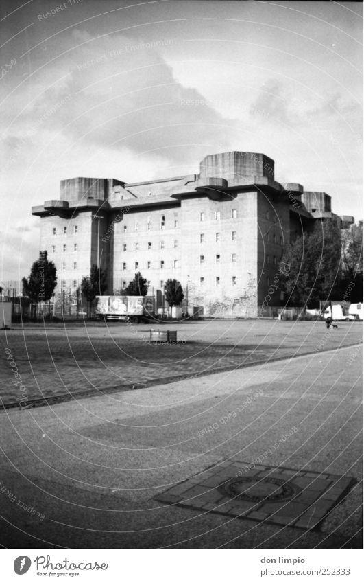 bunker alt dunkel Gebäude Stimmung Beton Platz groß Hamburg Sicherheit Häusliches Leben Turm Schutz Bauwerk analog historisch Vergangenheit