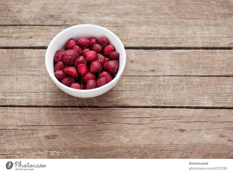 Erdbeerchen Lebensmittel Frucht Ernährung Bioprodukte Vegetarische Ernährung Diät Slowfood Schalen & Schüsseln lecker süß frisch Erdbeeren Holztisch Gesundheit
