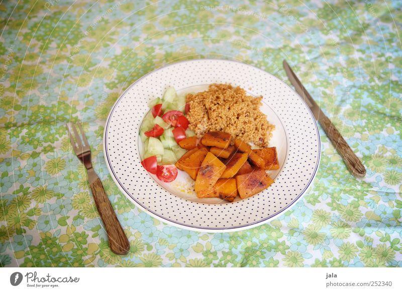 vegan Gesunde Ernährung Gesundheit Lebensmittel Ernährung Gemüse lecker Bioprodukte Teller Mittagessen Tischwäsche Tomate Salat Vegetarische Ernährung Besteck Salatbeilage Kürbis
