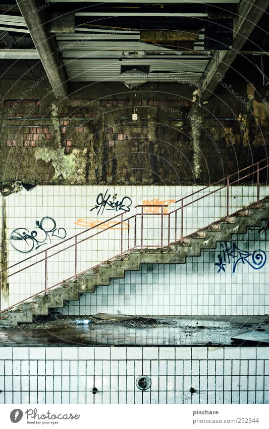 Between Heaven and Hell Einsamkeit Treppe Schwimmbad Vergänglichkeit gruselig trashig Ruine