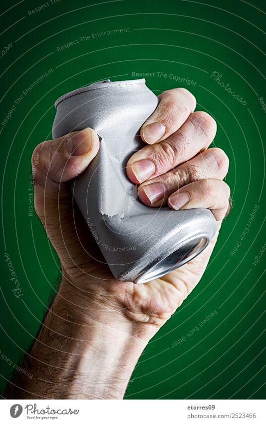 Mann zerschmettert eine Dose Erwachsene Hand 30-45 Jahre Umwelt Klimawandel Metall Aggression grün silber erdrücken Aluminium Container Umweltschutz spannen