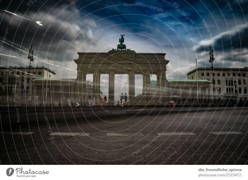 Dramatik am Brandenburger Tor Mensch Menschengruppe Menschenmenge Kunst Skulptur Architektur Wolken Sommer Wind Berlin Deutschland Europa Stadt Hauptstadt