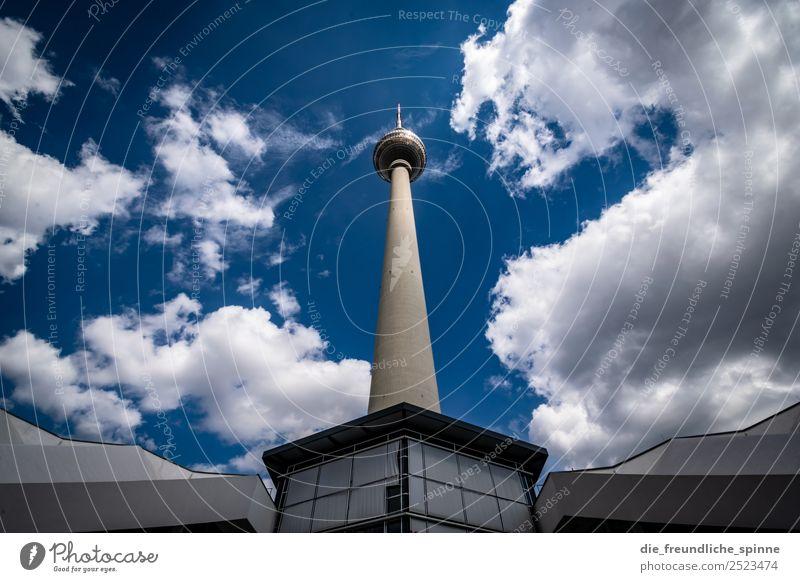 Hans guck in die Luft Kunstwerk Architektur Himmel Sommer Berlin Deutschland Europa Stadt Hauptstadt Menschenleer Sehenswürdigkeit Wahrzeichen Fernsehturm