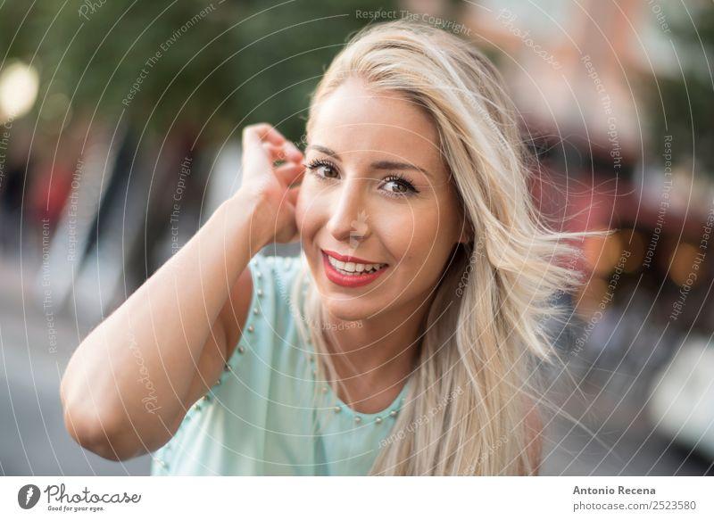 Blonde Frau, die dich ansieht. Lifestyle Glück schön Mensch Erwachsene 1 18-30 Jahre Jugendliche blond berühren Lächeln Erotik Apfel der Erkenntnis