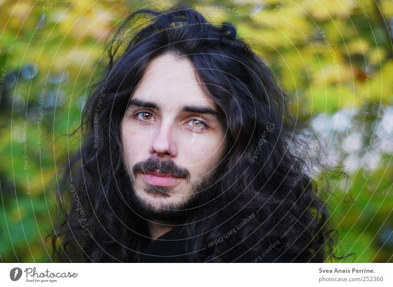 . Junger Mann Jugendliche 1 Mensch 18-30 Jahre Erwachsene Umwelt Haare & Frisuren brünett langhaarig Locken Bart einzigartig Farbfoto Außenaufnahme