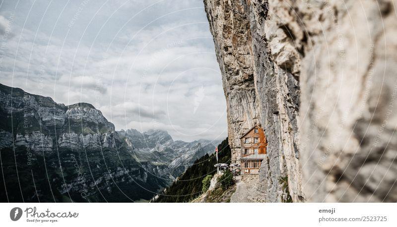 Aescher-Wildkirchli Himmel Natur Sommer Berge u. Gebirge Umwelt Tourismus außergewöhnlich Felsen Schönes Wetter Sehenswürdigkeit Alpen Gastronomie Hütte Schweiz