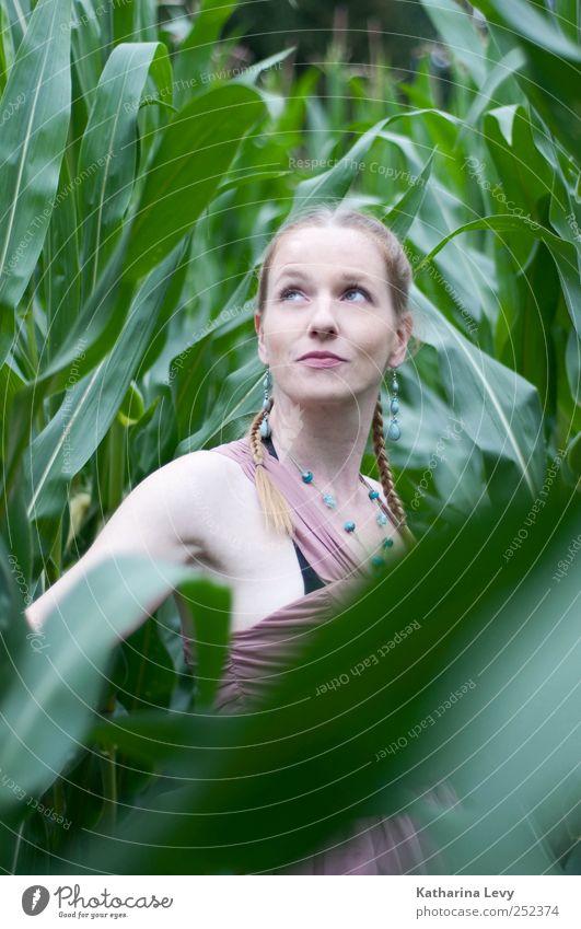 im Mais Frau Mensch Natur grün Sommer Gesicht feminin Leben Erwachsene Religion & Glaube Gesundheit Zufriedenheit blond rosa wandern frei