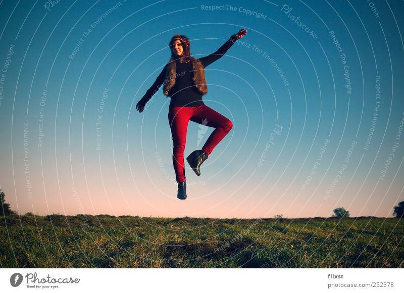 himmlisch elegant Mensch Junge Frau Jugendliche 1 18-30 Jahre Erwachsene Landschaft Wolkenloser Himmel Sommer Schönes Wetter Wiese Tanzen Leidenschaft Schweben