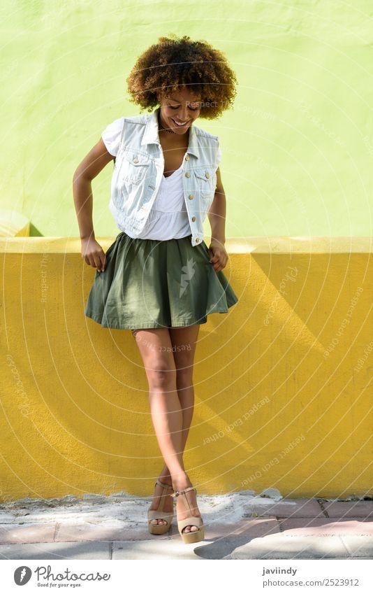 Junge schwarze Frau, Afro-Frisur, steht auf der Straße. Lifestyle Stil Glück schön Haare & Frisuren Gesicht Mensch feminin Junge Frau Jugendliche Erwachsene 1