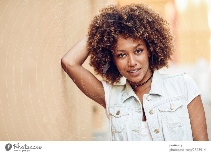 Junge schwarze Frau, Afro-Frisur, lächelnd im Freien. Lifestyle Stil Glück schön Haare & Frisuren Gesicht Mensch feminin Junge Frau Jugendliche Erwachsene 1