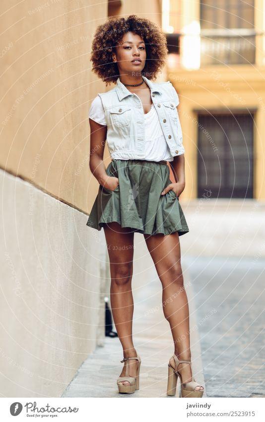 Junge schwarze Frau, Afro-Frisur, steht auf der Straße. Lifestyle Stil schön Haare & Frisuren Gesicht Mensch Junge Frau Jugendliche Erwachsene 1 18-30 Jahre