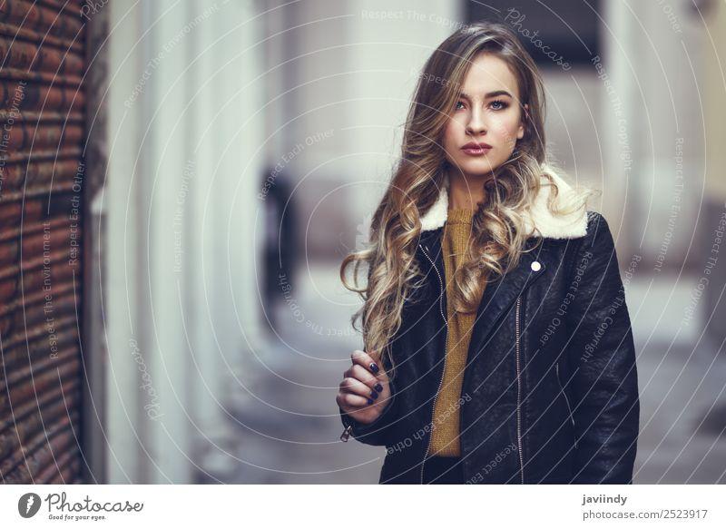 Blonde Frau im urbanen Hintergrund. Lifestyle Stil schön Haare & Frisuren Gesicht Winter Mensch feminin Junge Frau Jugendliche Erwachsene 1 18-30 Jahre Herbst