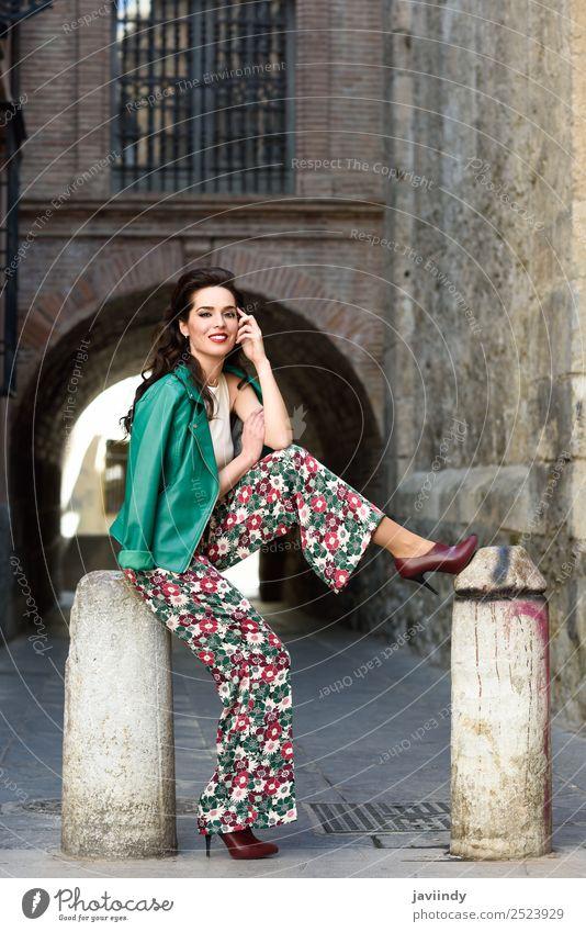 Junge Frau, Model der Mode, posiert im Freien. Lifestyle Stil Glück schön Haare & Frisuren Gesicht Mensch feminin Jugendliche Erwachsene Zähne 1 18-30 Jahre