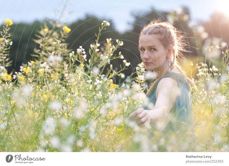 Feld, Wald & Wiese Mensch Frau Hand Ferien & Urlaub & Reisen Pflanze Blume Erwachsene feminin Kopf Gesundheit blond Klima Arme Ausflug