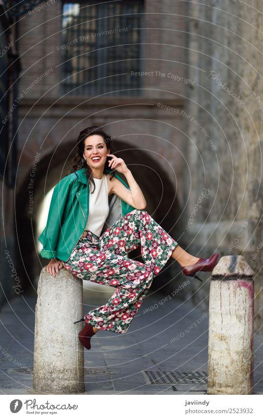 Junge Frau, Model der Mode, lächelnd im Freien. Lifestyle Stil Glück schön Haare & Frisuren Gesicht Mensch feminin Jugendliche Erwachsene Zähne 1 18-30 Jahre