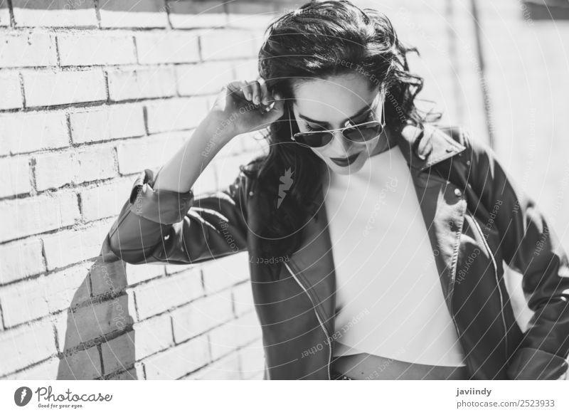 Junge brünette Frau mit Flieger-Sonnenbrille Lifestyle Stil schön Haare & Frisuren Gesicht Sommer Mensch feminin Junge Frau Jugendliche Erwachsene 1 18-30 Jahre