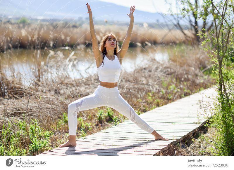 Junge Frau, die Yoga in der Natur macht. Lifestyle schön Wellness Erholung Meditation Sommer Sport Mensch Jugendliche Erwachsene 1 18-30 Jahre 30-45 Jahre