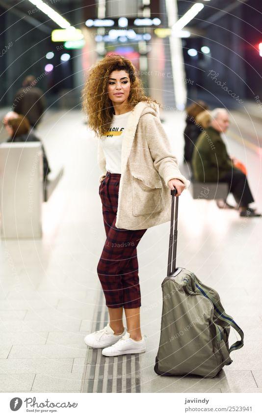 Junge arabische Touristin wartet in einer U-Bahn-Station auf ihren Zug. Lifestyle Stil Ferien & Urlaub & Reisen Tourismus Ausflug Mensch Junge Frau Jugendliche