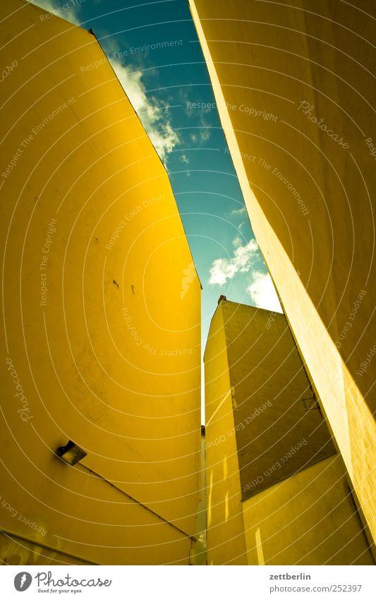 Hinterhof in Schöneberg Stadt Hauptstadt Stadtzentrum Hochhaus Bauwerk Gebäude Architektur Mauer Wand Fassade gut Perspektive Umwelt Berlin eng innenhof steil