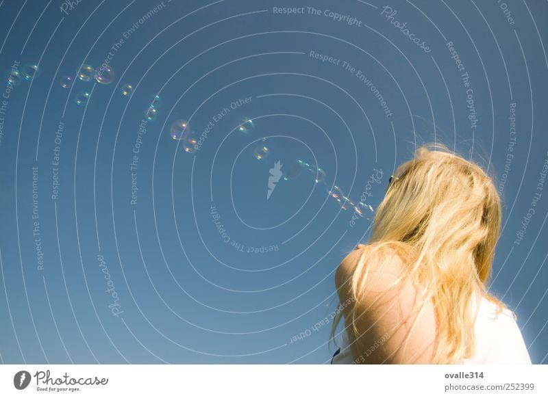 Freude schön Haare & Frisuren Leben Wohlgefühl Freizeit & Hobby Freiheit Mensch Junge Frau Jugendliche Erwachsene Arme 1 18-30 Jahre Luft Himmel Schönes Wetter