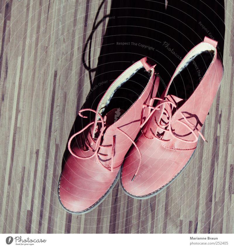 Frauenschuhe in rot Stil Mode Schuhe modern Streifen Leder Damenschuhe geschmackvoll Schuhbänder Laminat Objektfotografie Lederschuhe Schuhpaar