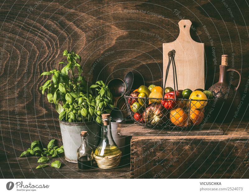 Bunte Tomaten in Erntekorb auf Holztisch Lebensmittel Gemüse Ernährung Bioprodukte Vegetarische Ernährung Geschirr Stil Design Gesundheit Gesunde Ernährung