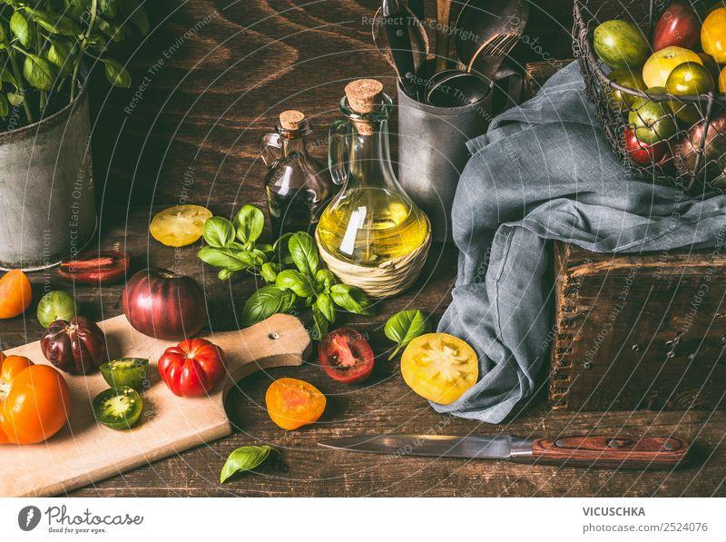 Bunte Tomaten auf dem Küchentisch mit Basilikum Lebensmittel Gemüse Salat Salatbeilage Kräuter & Gewürze Öl Ernährung Mittagessen Bioprodukte